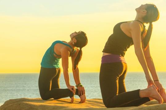 Femei care fac Yoga pentru a se relaxa